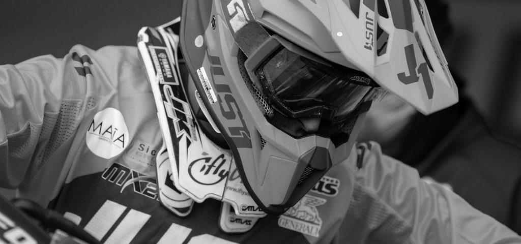 corridore di motocross in evento maia con sponsor yamaha