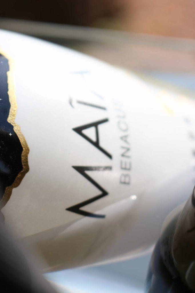 scorcio di etichetta di bottiglia di benacus maia wine