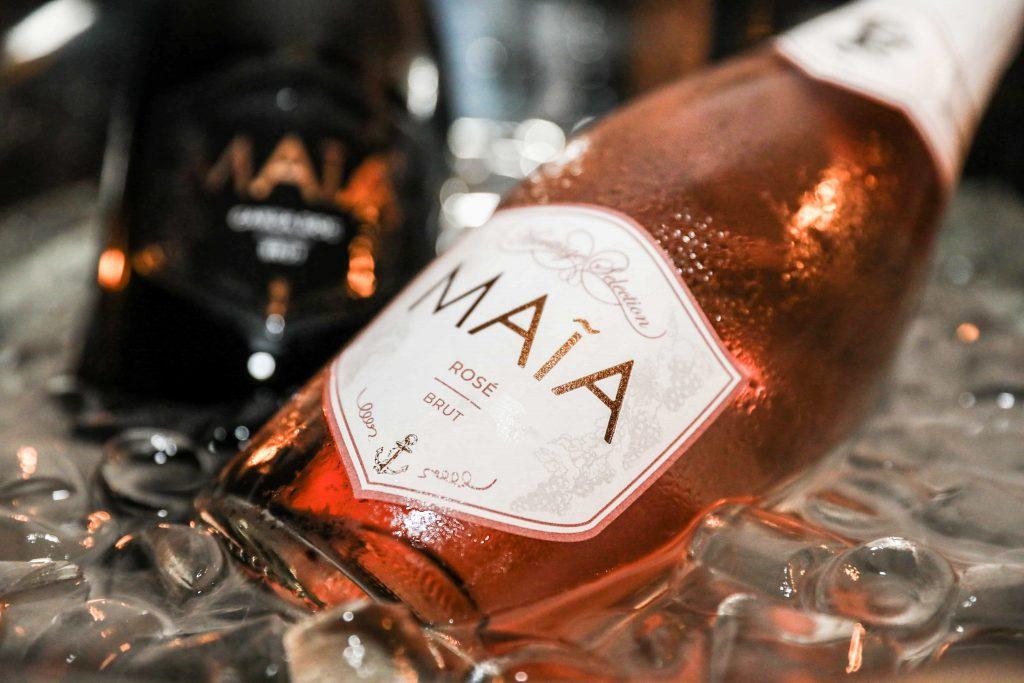 pagina wines bottiglia maia rose in ghiaccio accanto a heritage