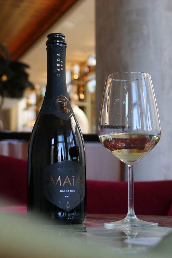 bottiglia heritage con calice in locale luxury per pagina wines