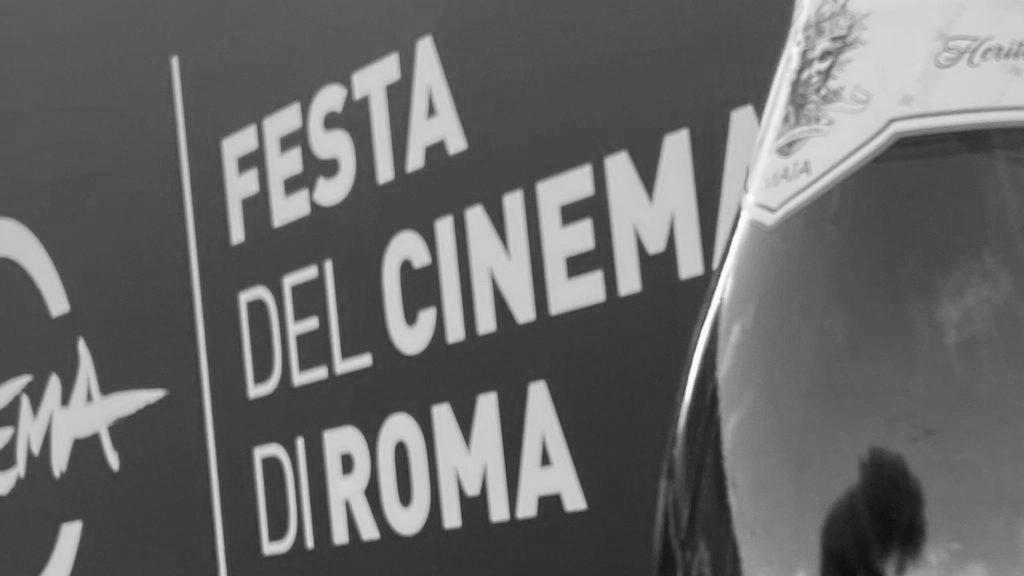 bottiglia di maia su sfondo festival del cinema di roma
